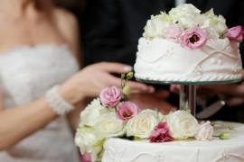 Элемент высокого стиля: Украшение свадебного торта цветами