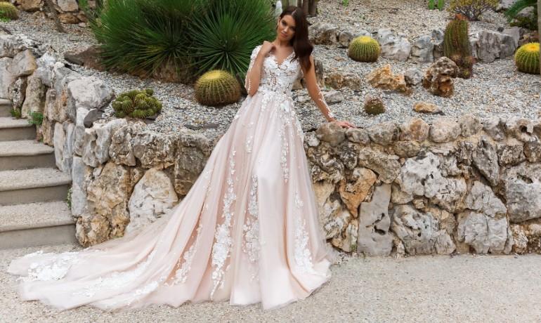 Розовое свадебное платье со шлейфом