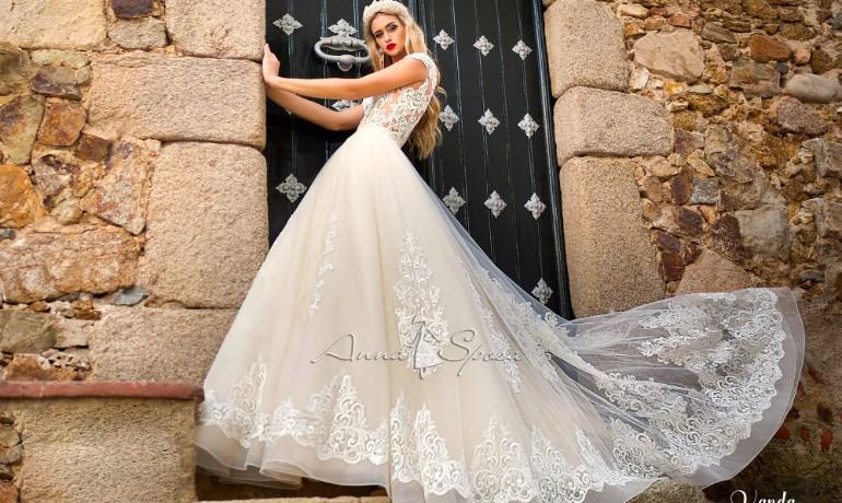Свадебное платье с большим шлейфом